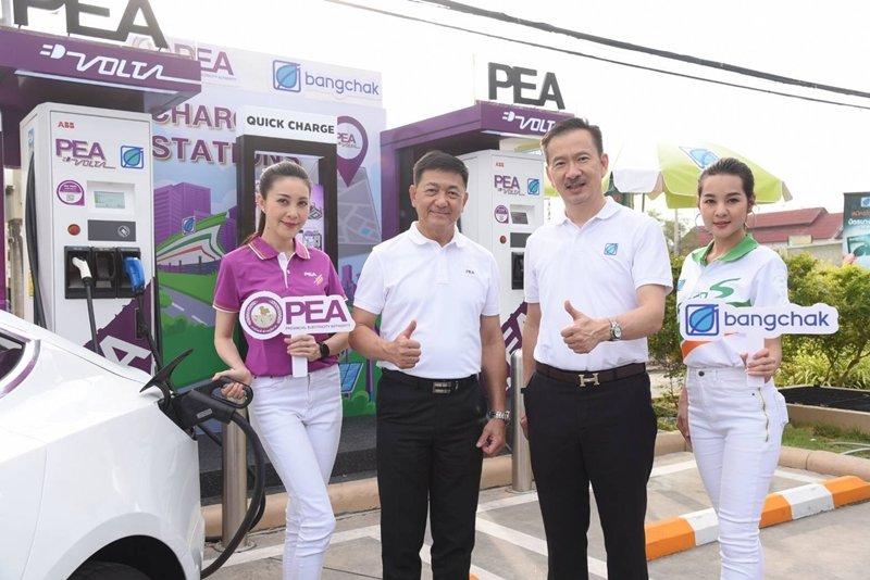 PEA ผนึกกำลัง บางจากฯ เปิดให้บริการเครือข่ายสถานีอัดประจุไฟฟ้า PEA VOLTA ในสถานีบริการน้ำมันบางจาก บนเส้นทางหลักทุกระยะ 100 กิโลเมตร ครอบคลุมทุกทิศทั่วไทย  รองรับรถ EV ชูจุดเด่นแอปพลิเคชันจัดการข้อมูลพร้อมบริการ 24 ชั่วโมง