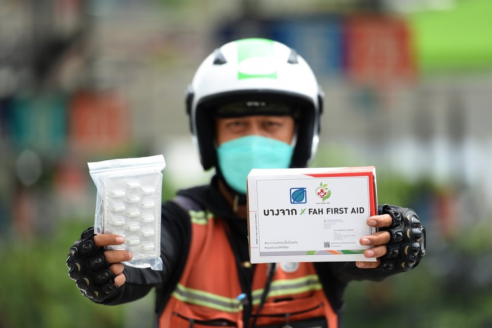 """Banghak supports the Department of Thai Traditional Medicine in combating COVID-19, supporting the development of the LINE OA """"FAH FIRST AID"""" utilizing Bangchak service stations as  Andrographis paniculata distribution points for Green COVID patients"""